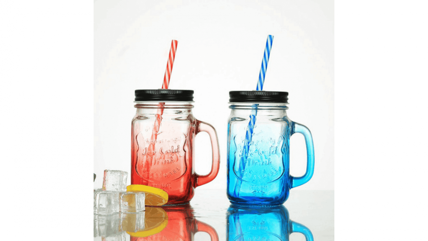 Verre à smoothie de couleur rouge et bleu