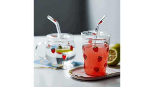 Verre et tasse à motif fraise